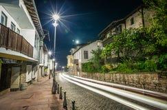 Nachtcityscape één van een centrale straat in Veliko Tarnovo Stock Afbeeldingen