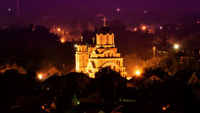 Nachtcityscape met kerk in het midden Stock Foto
