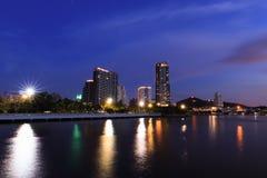 Nachtcityscape van Siracha-stad stock foto