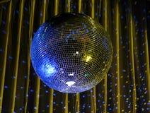 Nachtclub, der blaue Spiegelkugel 1 beleuchtet Lizenzfreies Stockfoto