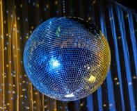 Nachtclub, der blaue Spiegelkugel 3 beleuchtet Lizenzfreies Stockbild