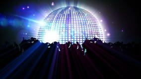 Nachtclub met discobal en het dansen menigte