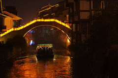 Nachtcruise onder brug Stock Foto's