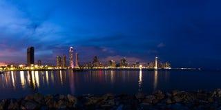 Nachtdaling van de Stad van Panama, Panama Stock Afbeelding