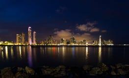 Nachtdaling van de Stad van Panama, Panama Stock Fotografie