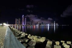 Nachtdaling van de Stad van Panama, Panama Royalty-vrije Stock Foto's