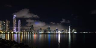 Nachtdaling van de Stad van Panama, Panama Stock Foto's