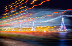 Nachtdrahtseilbahn über dem Meer, das zu Vinpearl-Land führt stockfotografie