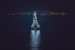 Nachtdrahtseilbahn über dem Meer, das zu Vinpearl-Land, Nha Trang, Vietnam führt lizenzfreies stockbild