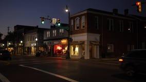Nachteinspieler typischer amerikanischer Kleinstadt-Main Street -Ecke stock video footage
