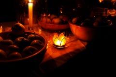 Nachtelijk die feest in aard met de betoverende houders van de lotusbloemvorm cande wordt gehouden Royalty-vrije Stock Foto