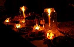 Nachtelijk die huwelijksfeest in aard met de betoverende houders van de lotusbloemvorm cande wordt gehouden Royalty-vrije Stock Foto's