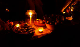 Nachtelijk die huwelijksfeest in aard met de betoverende houders van de lotusbloemvorm cande wordt gehouden Royalty-vrije Stock Afbeelding