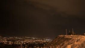 Nachtelijke stad en dichte bliksem stock footage