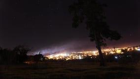 Nachtelijke tijdtijdspanne | landschap en de ster in de nachthemel stock videobeelden