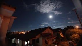 Nachtelijke tijdtijdspanne | volle maan in de nachthemel stock footage