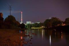 Nachtfabrik Stockfotografie