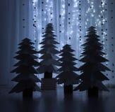 Nachtfantastischer Wald von Papierweihnachtsbäumen Stockfotos