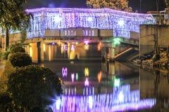 Nachtfarblichtbrücke Stockbild