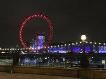 Nachtfeenhaftes Rad von London Eye stockfotos