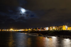 Nachtfelsige Seeküsten- und -stadtlichter Lizenzfreie Stockbilder