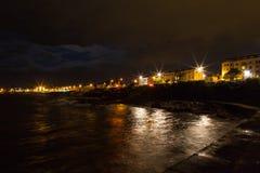 Nachtfelsige Seeküsten- und -stadtlichter Lizenzfreies Stockfoto