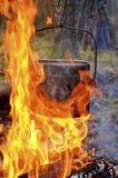 Nachtfeuer im Wald Lizenzfreie Stockfotos