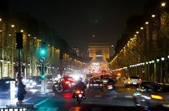 Nachtfeuer von Autos auf den Champions Elysee paris Lizenzfreie Stockfotos