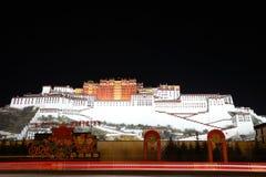 Nachtflüchtiger blick von Potala-Palast Stockfoto