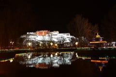 Nachtflüchtiger blick von Potala-Palast Stockfotografie