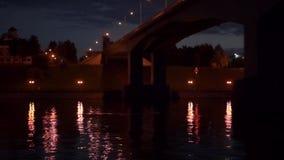 Nachtfluß unter der Brücke stock footage