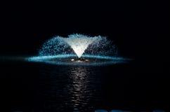 Nachtfontein in het meer Stock Foto