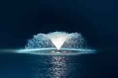 Nachtfontein in het meer Royalty-vrije Stock Fotografie