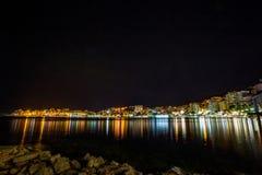 Nachtfoto, Albanien, Saranda, Stadtbild lizenzfreie stockfotografie