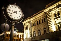Nachtfoto der Straße und der Fassade des belichteten Gebäudes Lizenzfreie Stockbilder
