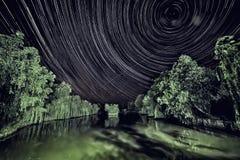 Nachtfoto mit Stern kreist auf dem Teich ein Lizenzfreie Stockfotografie