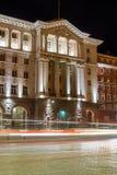 Nachtfoto van de Bouw van Raad van Ministers in Sofia, Bulgarije Stock Foto