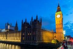 Nachtfoto van Huizen van het Parlement met Big Ben van de brug van Westminster, Londen, Engeland, Grote B royalty-vrije stock afbeelding