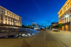 Nachtfoto van Onafhankelijkheidsvierkant en het monument van Hagia Sophia in stad van Sofia, Bulgarije Royalty-vrije Stock Foto