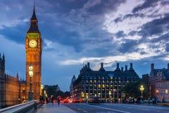 Nachtfoto von Parlamentsgebäuden mit Big Ben von Westminster-Brücke, London, England, großes B lizenzfreie stockfotos