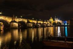 Nachtfotografie van Charles Bridge in Praag stock afbeeldingen