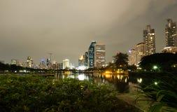 Nachtfotografie van de mening van de het centrumwolkenkrabber van Bangkok met zijn gedachtengang over watermeer bij Benjakitti-Pa stock afbeeldingen