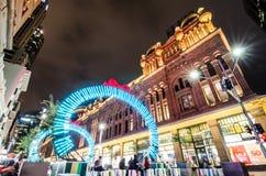 Nachtfotografie van Georges straat met mooie de fonkelings lichte installatie van het Kerstmiskunstwerk met de Koninginvictoria b royalty-vrije stock afbeelding