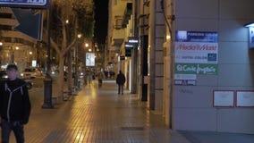 Nachtgang in Dubbelpuntstraat die door de opslag overgaan Valencia, Spanje stock footage