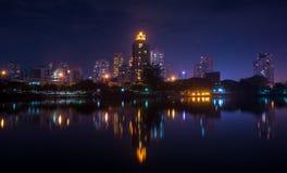 Nachtgebäude Lizenzfreie Stockfotos