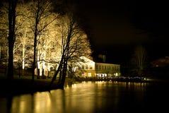 Nachtgebäude und -fluß Stockfoto