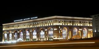 Nachtgebäudeansicht des zentralen Speichers der Kinder auf Lubyanka, Moskau, Russland Lizenzfreies Stockfoto
