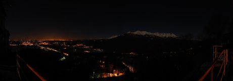 Nachtgebirgslandschaft panoramisch lizenzfreie stockfotos