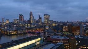 Nachtgesamtlänge von Geschäftszentrum-Stadtbild in London, Großbritannien stock video