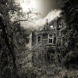 Nachtgespenstisches Haus stockfoto